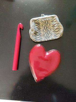 Pack monedero, aguja ganchillo y calienta manos