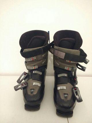 Esquis y botas de esquiar