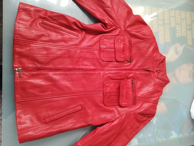 chaqueta roja de cuero
