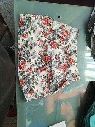 falda blanca con estampado de flores