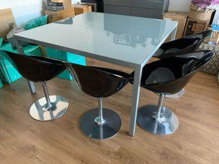 Comedor: mesa + 4 sillas + aparador