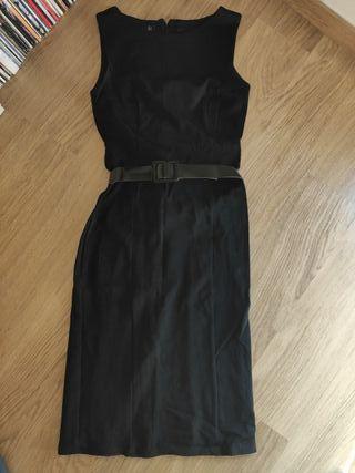 vestido negro ajustado.