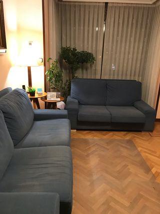 Conjunto de sofás de tres y dos plazas.