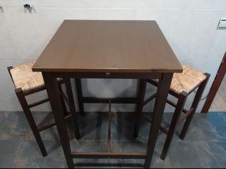 Mesa alta con taburetes
