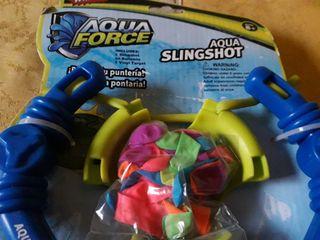 pistola para jugar en el agua con globos Aqua forc