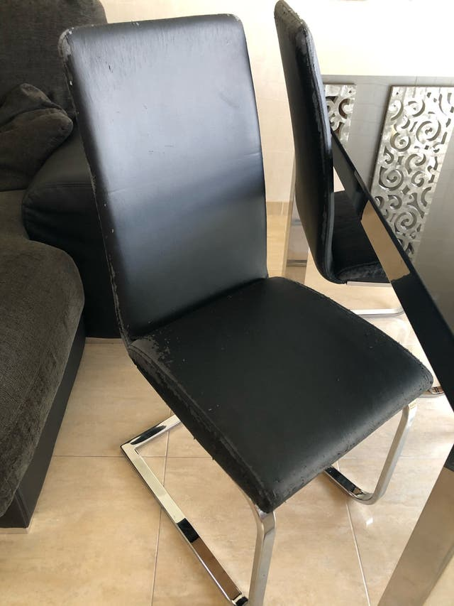 Mesa de salón con sillas y mesa centro.