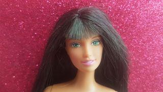 muñeca barbie Lara de pelo liso negro y flequillo