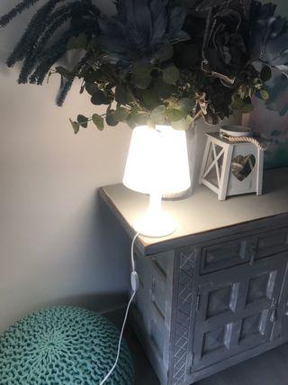 Dos lámparas súper modernas en color blanco.