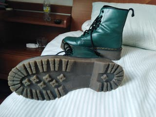 botas estilo Dr Martens verde militar.