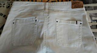 Pantalón de campana blanco Mango. Talla 40