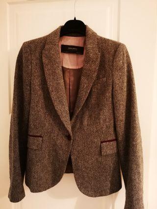 blazer espiga marrón con coderas burdeos