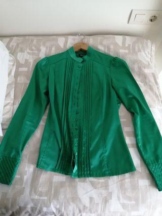 blusa de satén verde esmeralda seminueva