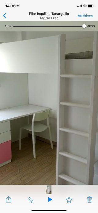 Cama, mesa, armario, estantería.