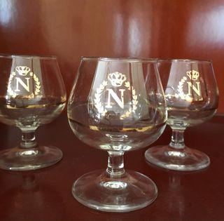 3 copas de licor de Napoleón.
