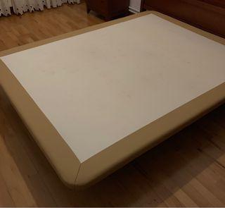 Base tapizada de polipiel marrón