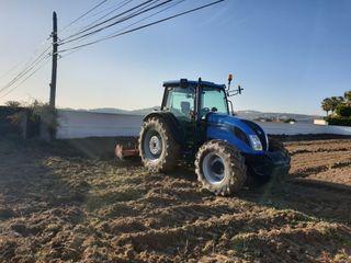 se labran y se desbrozan parcelas con tractores