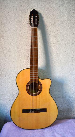 Guitarra clásica amplificada