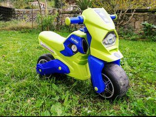 Moto de competición azul