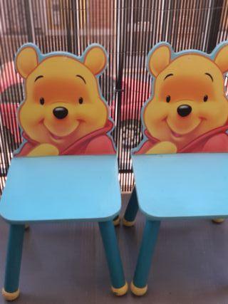 dos sillas y una mesa de Winnie de pooh
