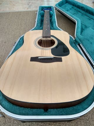 Guitarra Yamaha F310P con estuche.