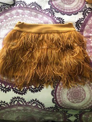 Preciosa falda de plumas