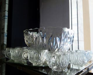 Ponchera antigua de cristal tallado con vasos