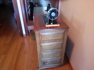 Màquina de coser antigua en mueble castellano