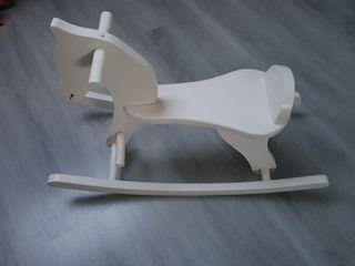 Caballo balancín de madera blanco
