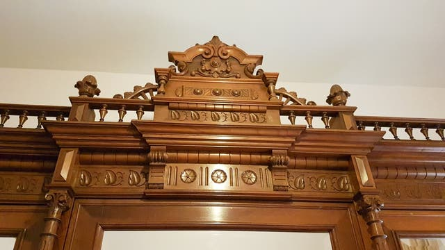 Armario antiguo de madera maciza