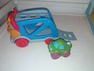 Camión y coche Playskool. De plástico duro y goma.