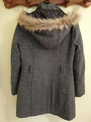 Abrigo con capucha de color gris