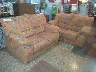 2 sofás de 2 plazas.uno es cama