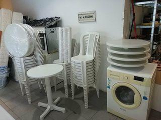 33 sillas y 10 meses de plástico