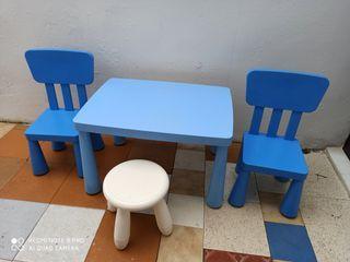una mesa y sus sillas
