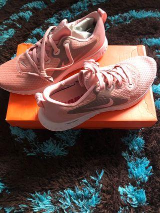 women Nike trainers size 7