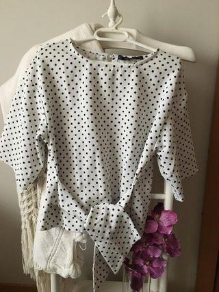Blusa blanca con lunares y lazada. Talla M