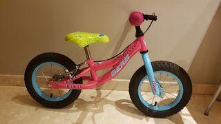 Bicicleta de niña sin pedales