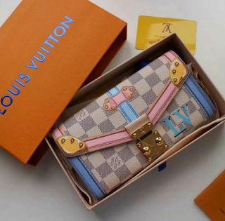 Cartera Louis Vuitton con caja y etiqueta.
