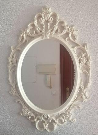 Precioso espejo blanco de pared.