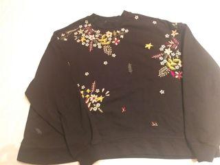 Sudadera Pull & Bear negra con flores