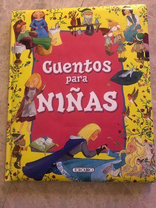 Gran libro infantil con letras mayúsculas