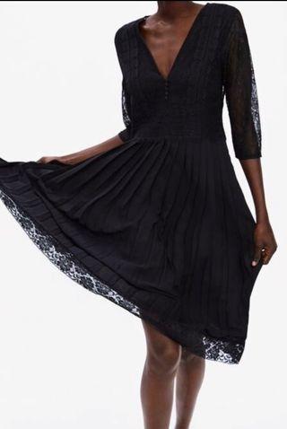 Vestido cuerpo encaje y falda plisada