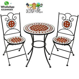 Conjunto de muebles de jardin con mesa.
