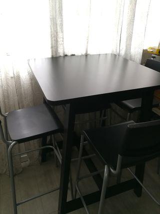 Mesa alta y 4 taburetes