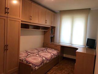 Dormitorio de madera noble en perfecto estado.
