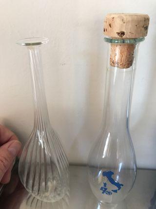 Dos botellas pequeñas de cristal