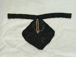 Corbata antigua de mujer con pasamanería.