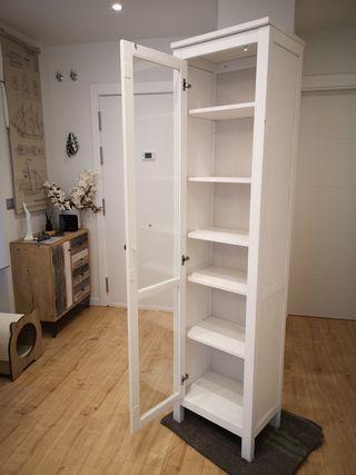 Vitrina serie HEMNES de IKEA