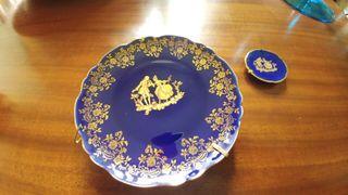 Platos de porcelana de Limoges azul cobalto y oro.