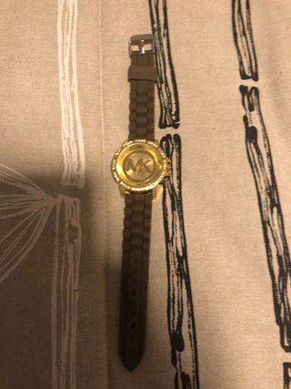 Bonito reloj marrón